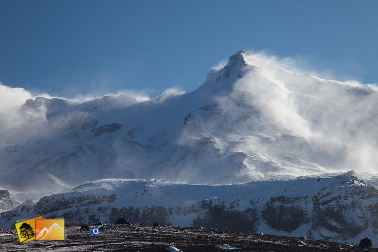 Strong winds blowing the snow on the mountain.